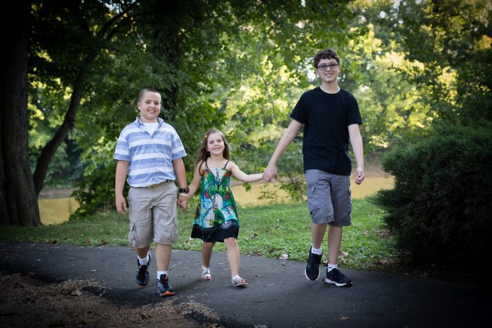 Siblings with youngest girl in the middle | Anne Lord Photography